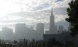 Smog spowodowany jest zahamowaniem ruchu powietrza oraz pogodą, która pozbawiona jest całkowicie wiatru