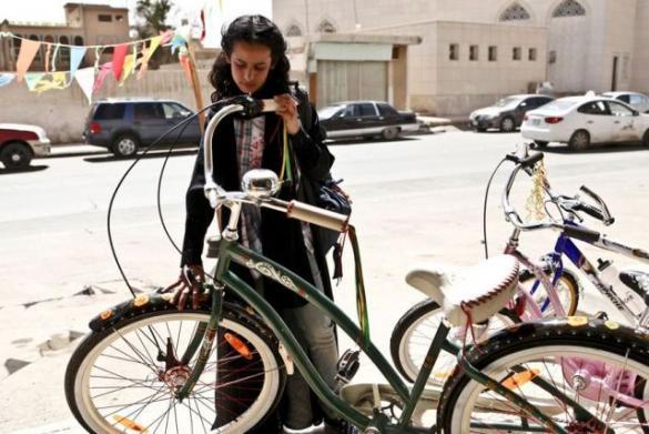 DKF: Dziewczynka w trampkach