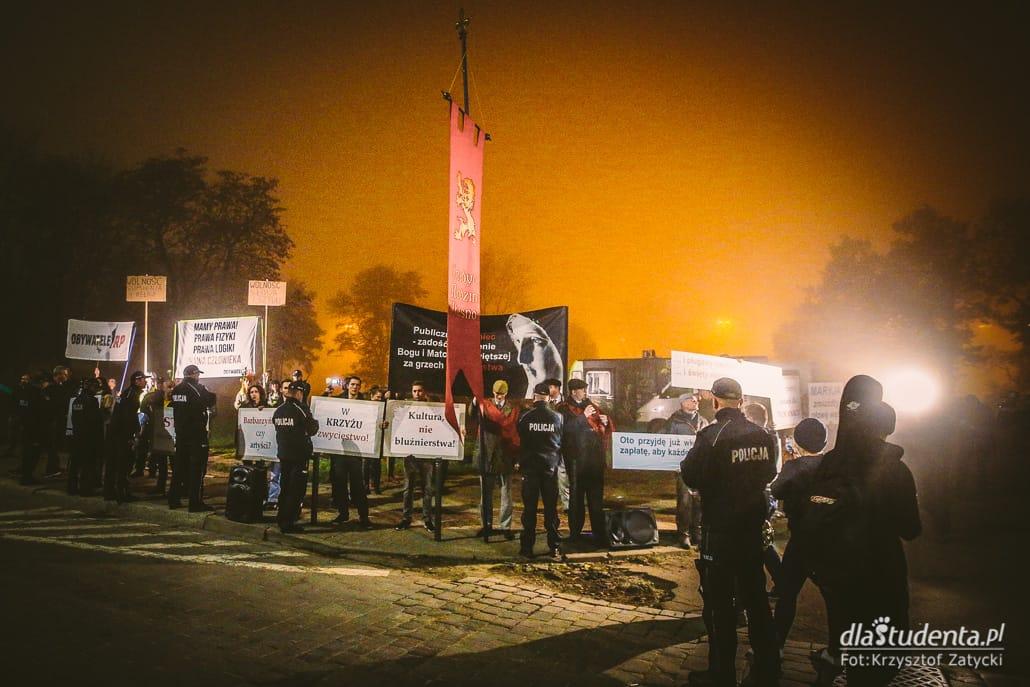 """Festiwal Dialog: Protest przed spektaklem """"Klątwa"""""""