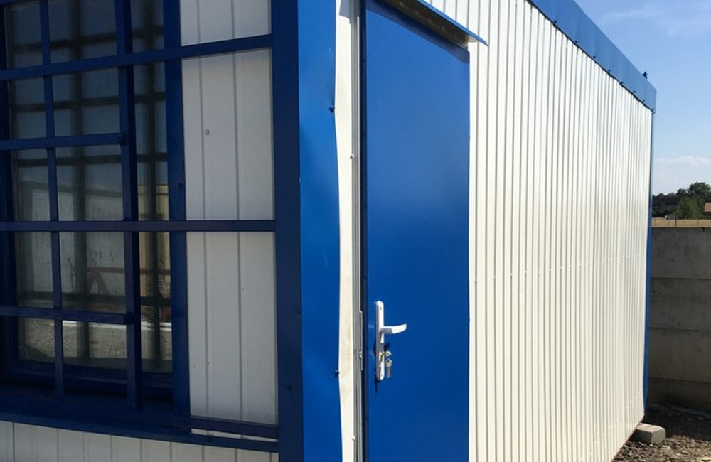 Mobilne kontenery to rozwiązanie zapewniające odpowiednie warunki do przebywania na odkrytym basenie.