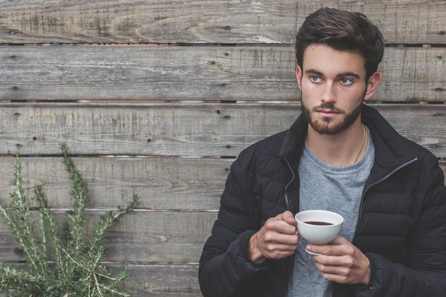 samotny mężczyzna pijący kawę