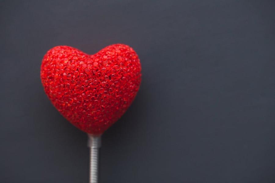 czerwone serce na ciemnym tle