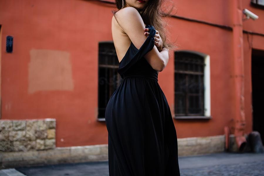 seksowna kobieta w czarnej sukience