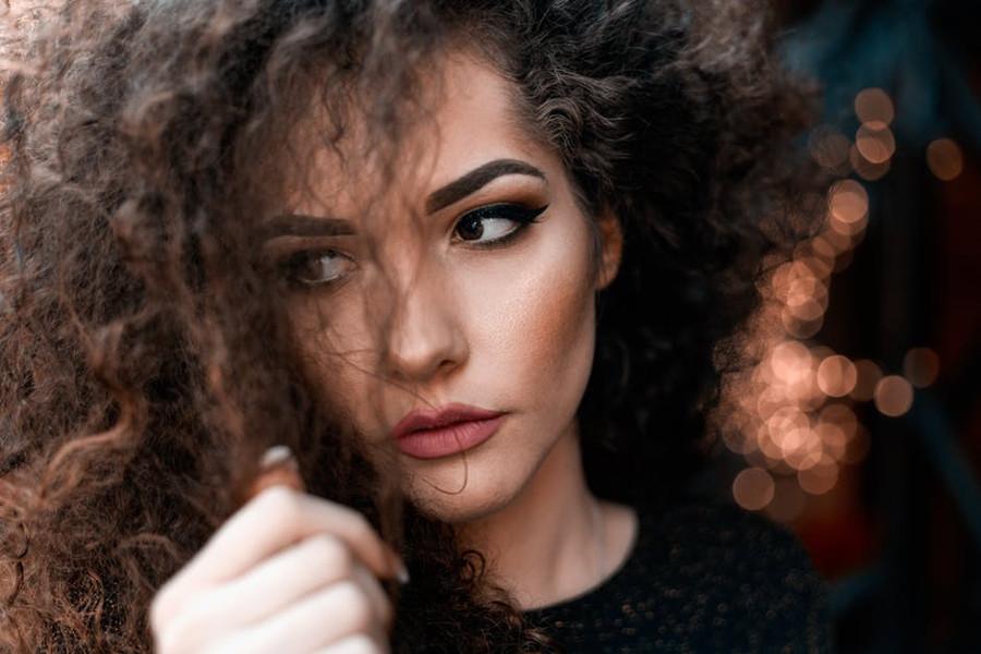 kobieta w kręconych włosach