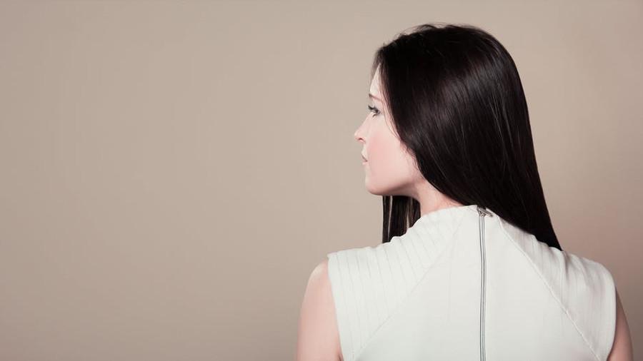 brunetka z prostymi włosami
