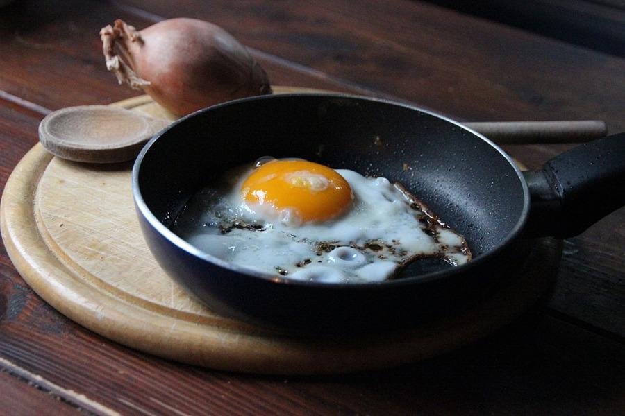 patelnia z jajkiem