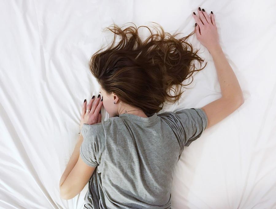 kobieta leżąca na łóżku