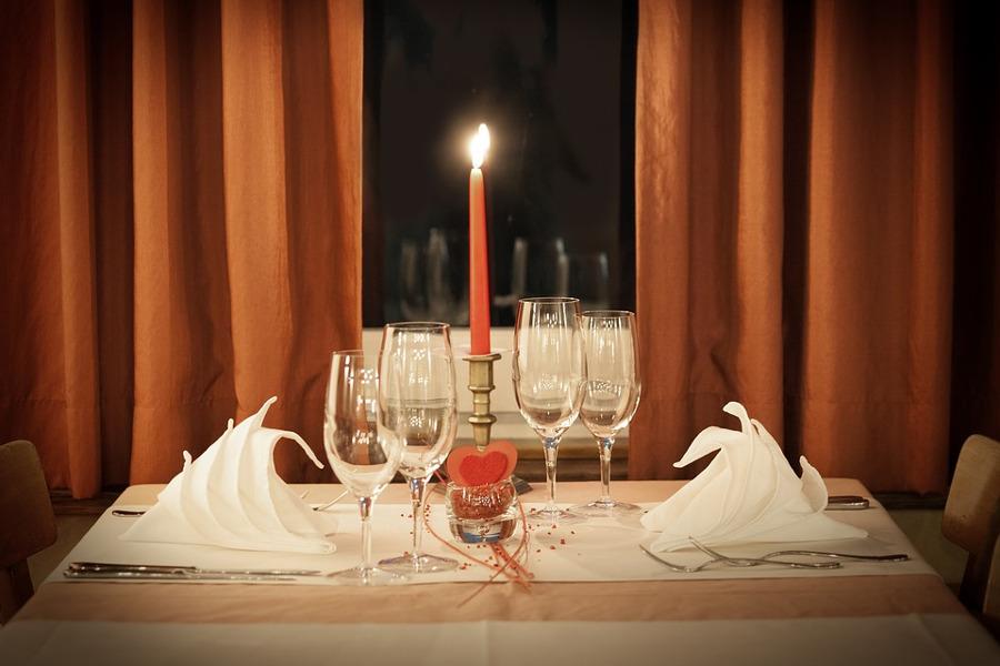romantyczna zastawa na stole dla dwojga