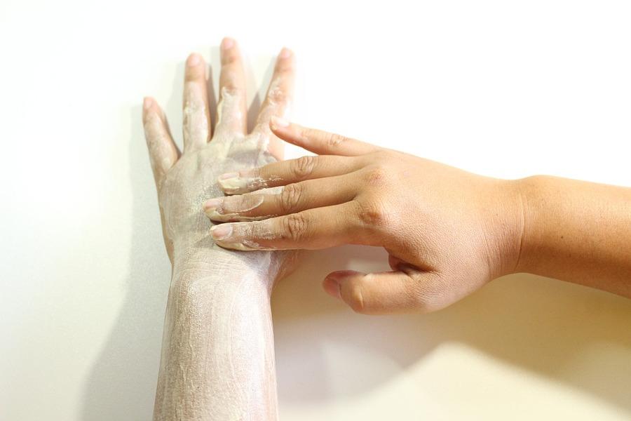 smarowanie rąk kremem
