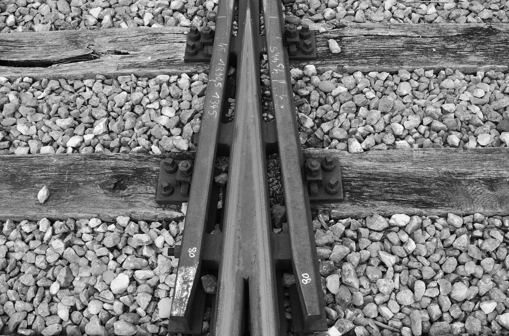 Kobieta niosła swoje półroczne dziecko i nie zwróciła uwagi na nadjeżdżający pociąg.