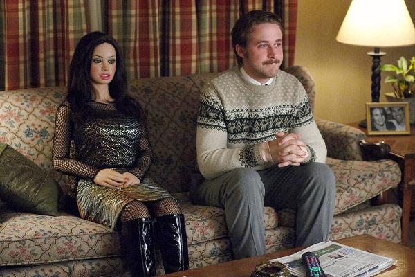"""fot. Ryan Gosling i manekin w filmie """"Miłość Larsa"""""""