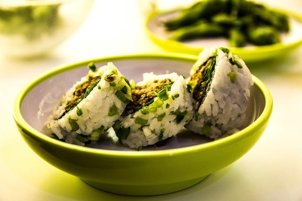 Sushi to popularna japońska potrawa, która nie jest taka prosta do zrobienia.