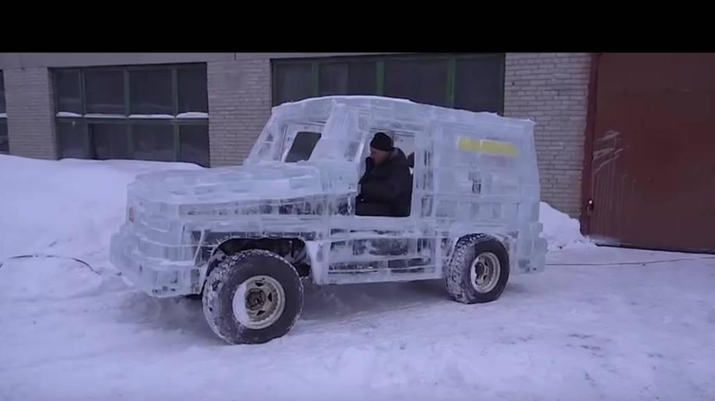Rosjanie zbudowali mercedesa z...lodu! Nagranie bije rekordy [WIDEO]