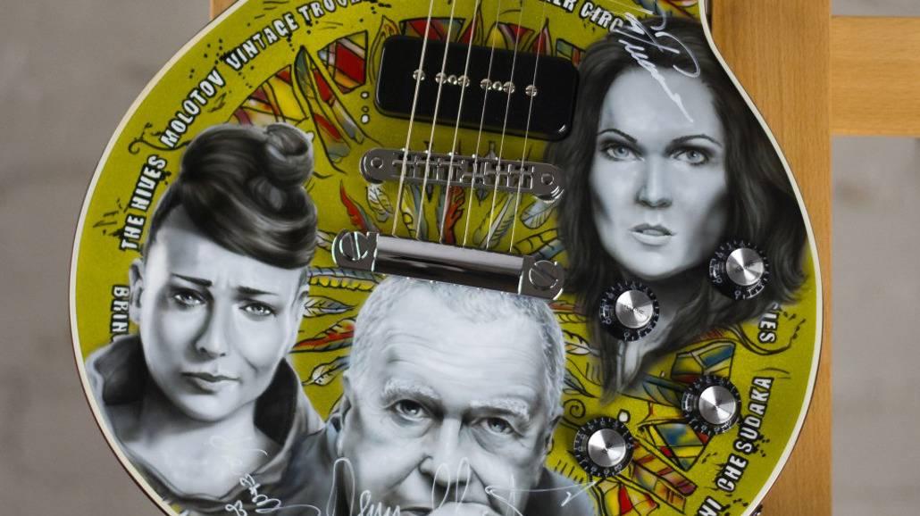 Aukcje WOŚP: Gitara Woodstockowa z portretami i autografami artystów