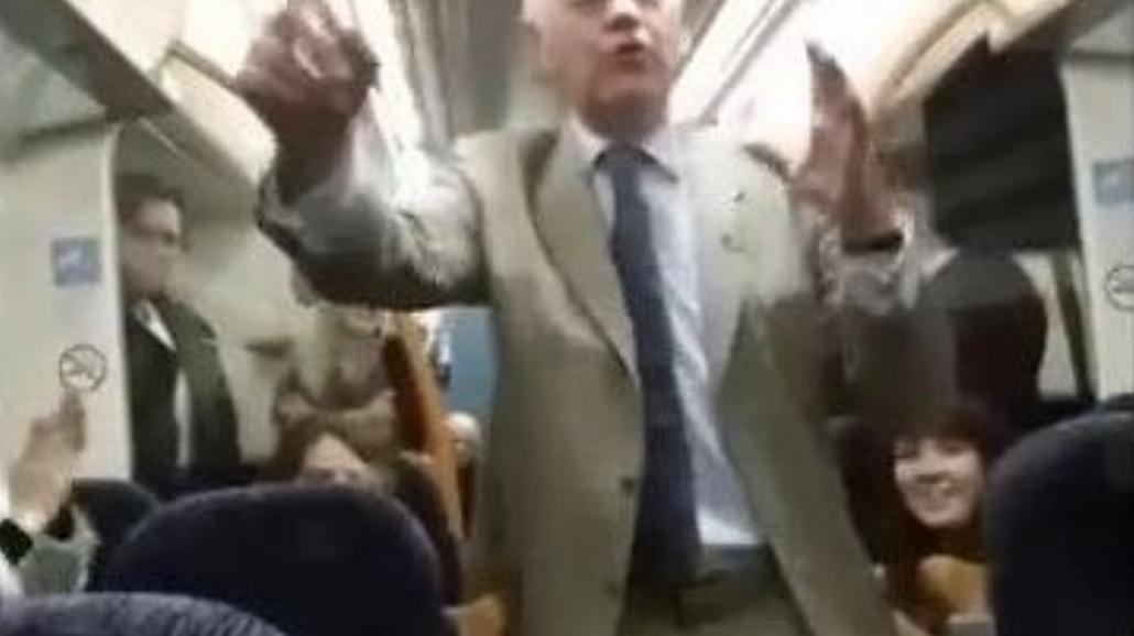 Pijany zaczął śpiewać w pociągu. A pasażerowie...