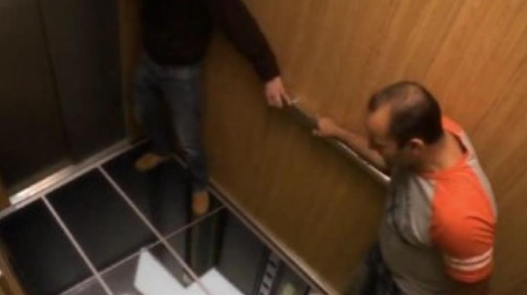Zapadła się pod nimi podłoga w windzie! [WIDEO]