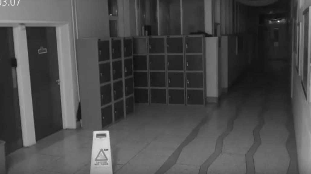 Czy ta kamera w szkole zarejestrowaÅ'a ducha? To nagranie przeraziÅ'o juÅź miliony! [WIDEO]