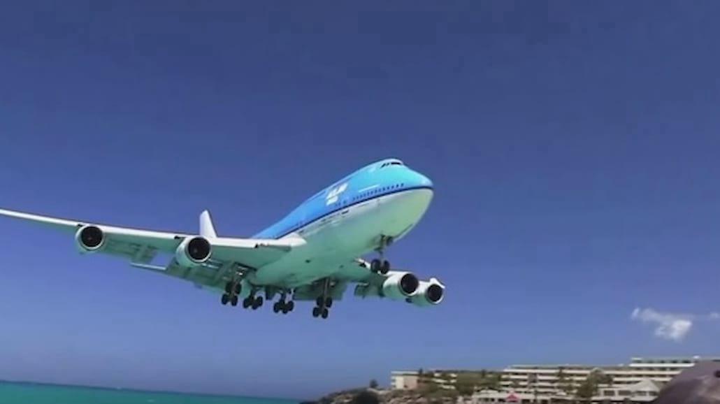 Ekstremalne nagrania z lądowania samolotów. To lotnisko leży przy samej plaży! [WIDEO]