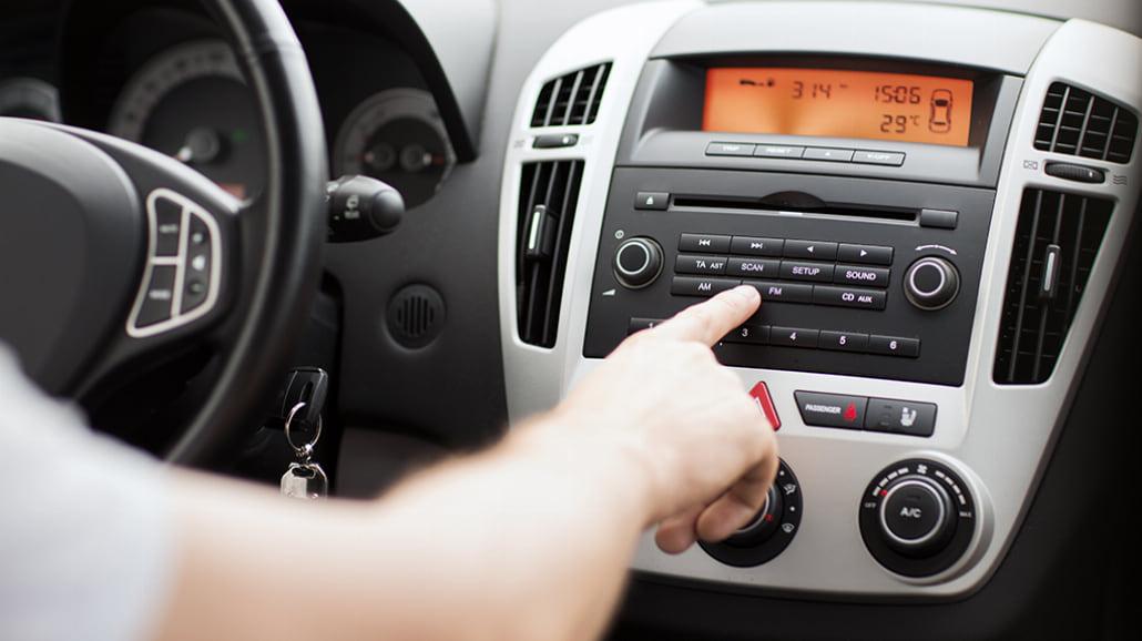 Jak wybrać radio samochodowe – słownik popularnych pojęć