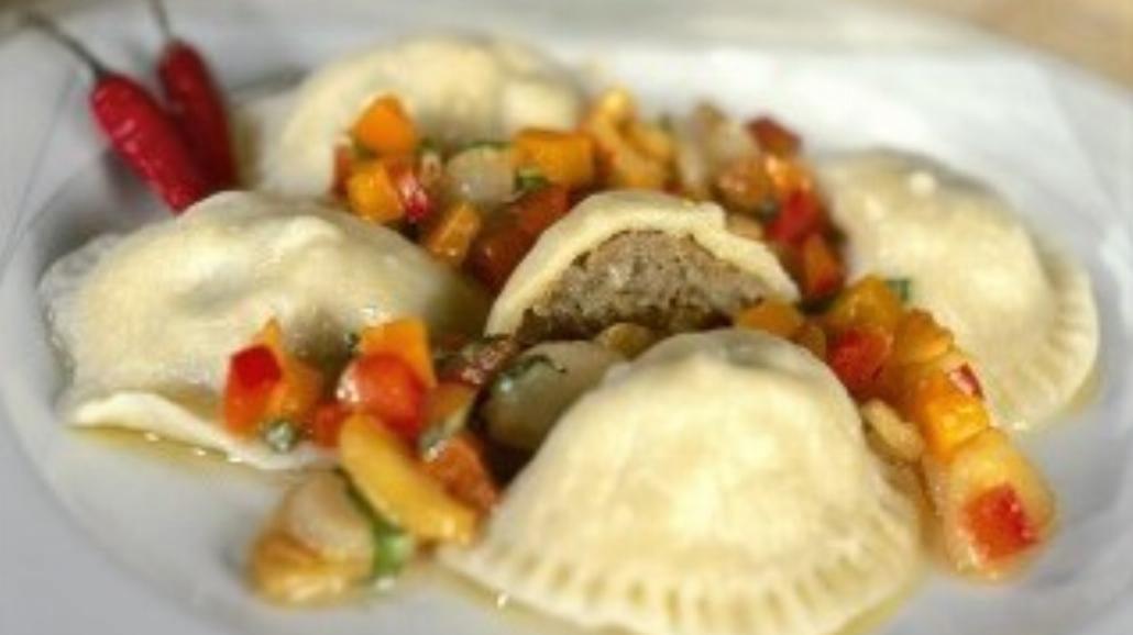 Pierogi z mięsem i sosem paprykowo - czosnkowym