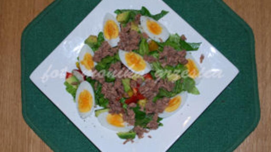 Sałatka z jajkami, tuńczykiem i avocado