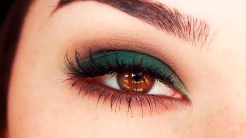 Piękny makijaż w kolorze królewskiej zieleni