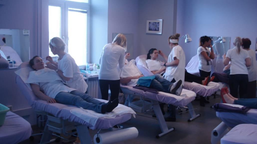 Jak zostać wykwalifikowaną kosmetyczką? - jak zostać kosmetyczką, studia kosmetyczne, kosmetologia, ile zarabia kosmetyczka, kurs kosmetologii