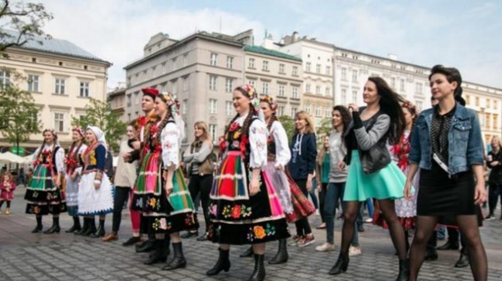 Polonez i Salsa na Rynku Głównym w Krakowie [ZDJĘCIA]