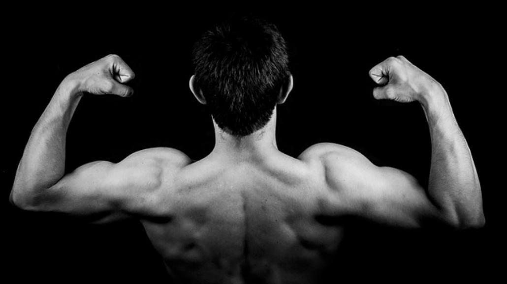 Ćwicz biceps w domu. Najlepsze ćwiczenia