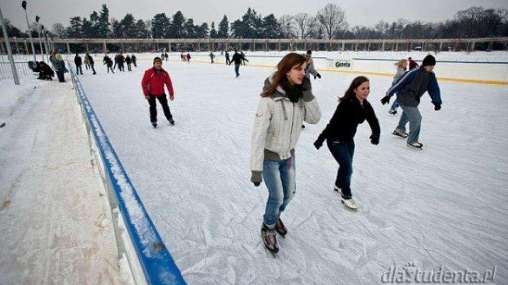 Zimą na lodowisko. Korzyści z jazdy na łyżwach