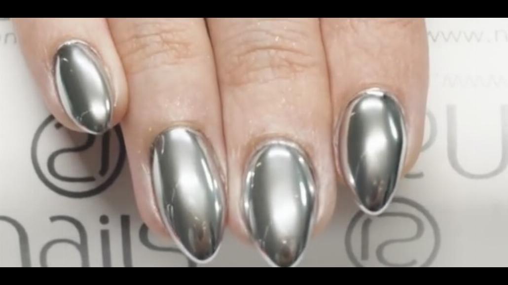 Nowy trend! Chromowane paznokcie! Zobacz, jak wykonać taki manicure [WIDEO]