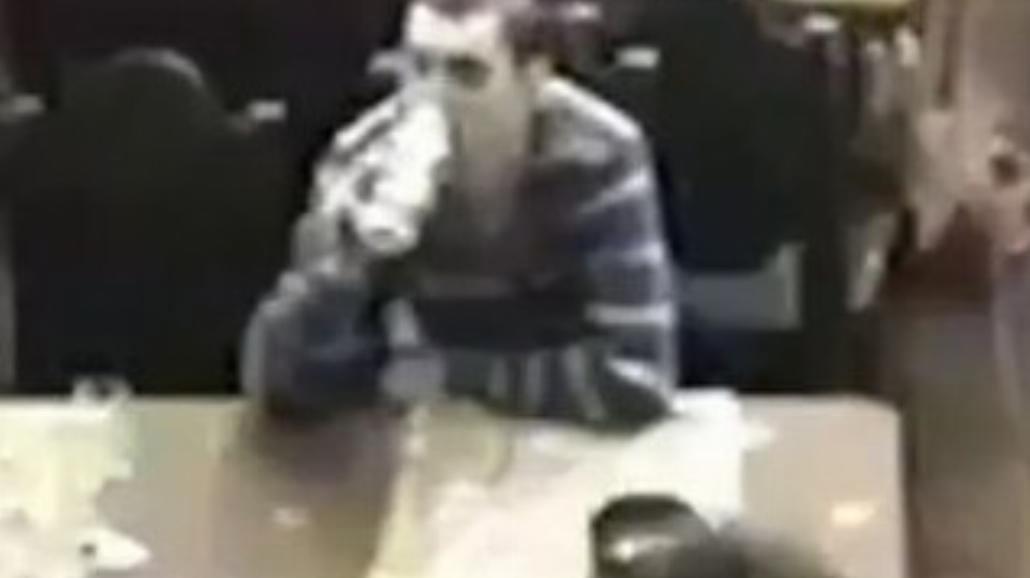 Napadli na bar, a on dalej pił. Wideo, oczywiście, z Rosji