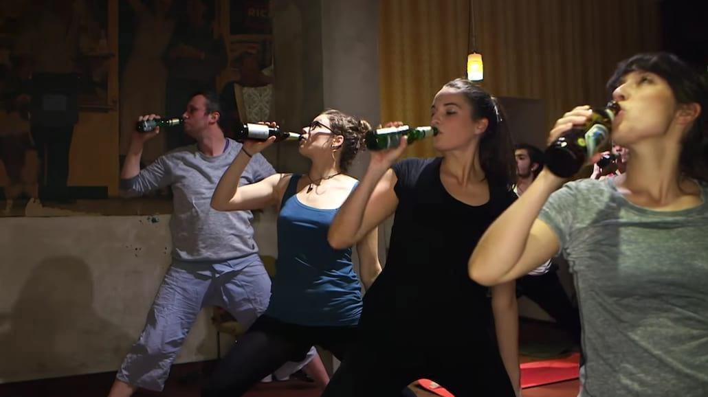 HIT! W Berlinie uprawiają... piwną jogę