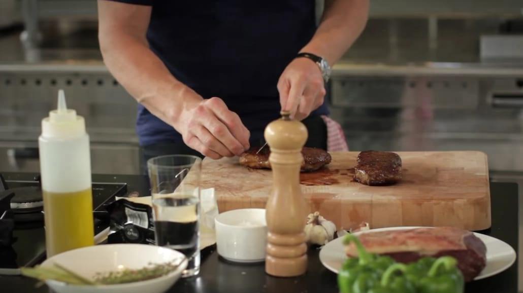 Tak zrobisz idealny stek wg. Gordona Ramseya! Zobacz pomocny filmik [WIDEO]