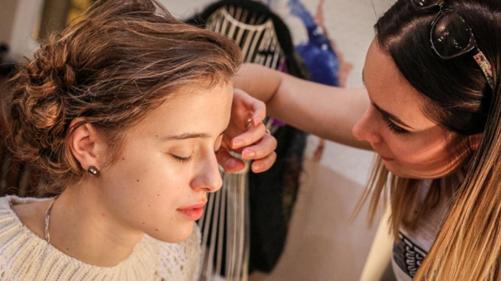 Makijaż sylwestrowy krok po kroku: w złocie