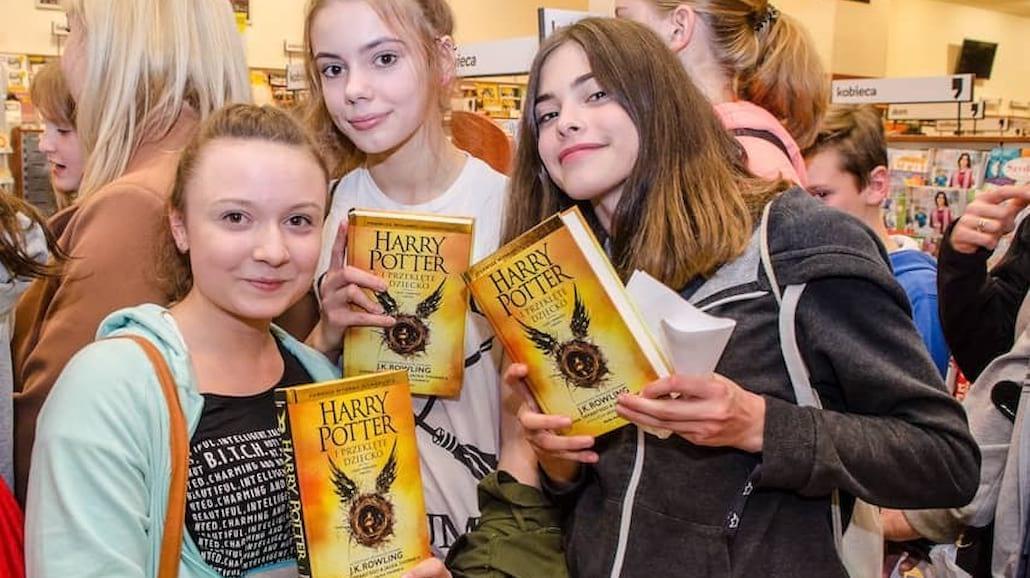 """Magiczna noc i tłumy fanów na premierze książki """"Harry Potter i przeklęte dziecko"""" [FOTO]"""