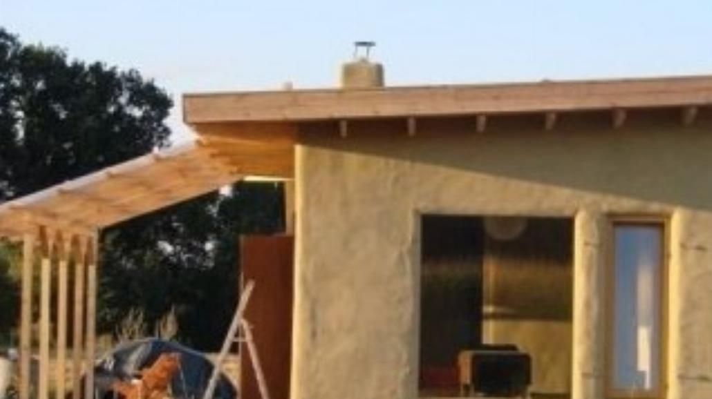 Dom ze słomy, czyli kryzysowe budownictwo