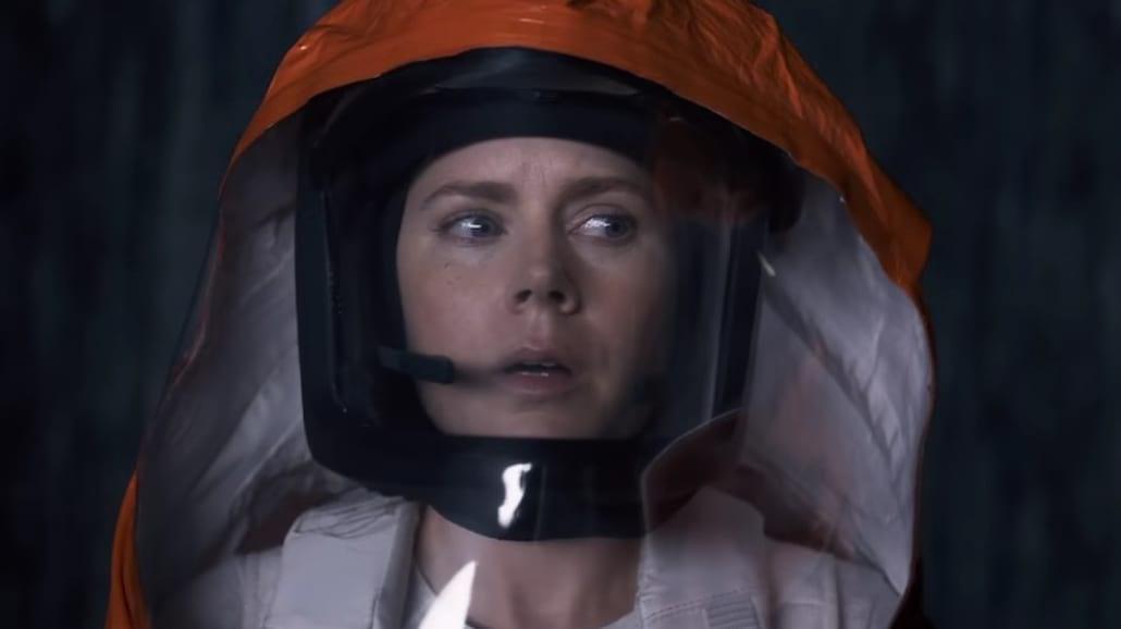 Amy Adams i Jeremy Renner nawiązują kontakt z kosmitami [WIDEO]