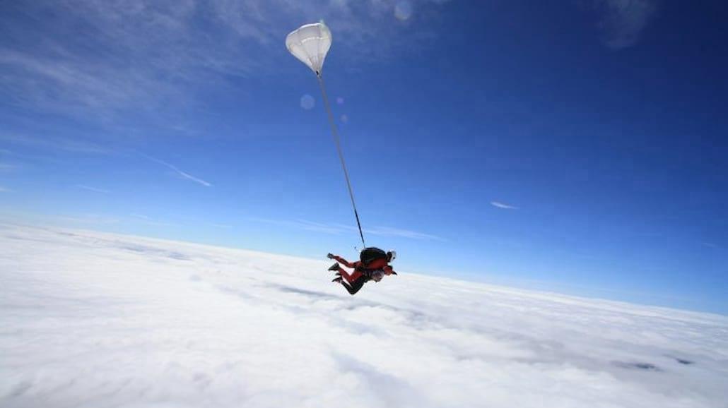Czym są skoki spadochronowe w tandemie?