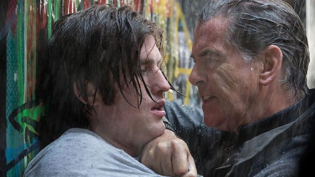 Pierce Brosnan kontra niebezpieczny psychopata [FOTO]