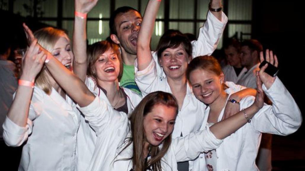 Studenci Gdańskiego Uniwersytetu Medycznego  bawią się z Gooralem i Łąki Łan