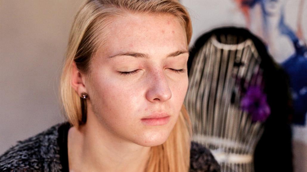 Makijaż sylwestrowy krok po kroku: w srebrze