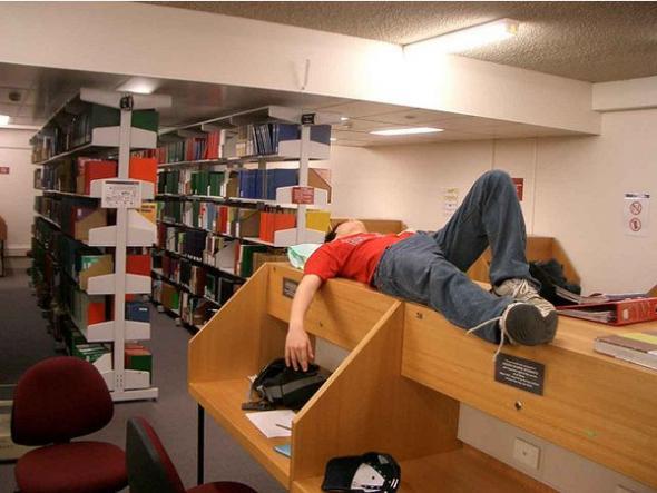 Biblioteka to miejsce ciszy. Idealnie pod studencką drzemkę.
