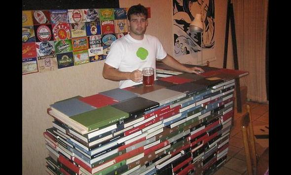 Prawdziwy student-ma ksiązki i piwo