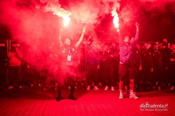 Powitanie pilkarzy Lecha Poznan pod stadionem po awansie do Ligi Europy