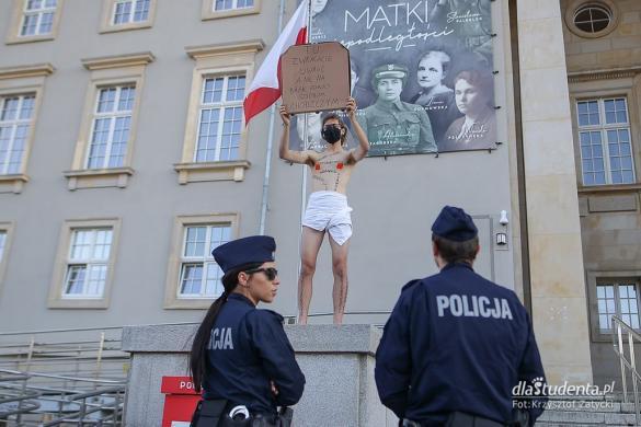 Happening aktywisty pod Urzędem Wojewódzkim we Wrocławiu