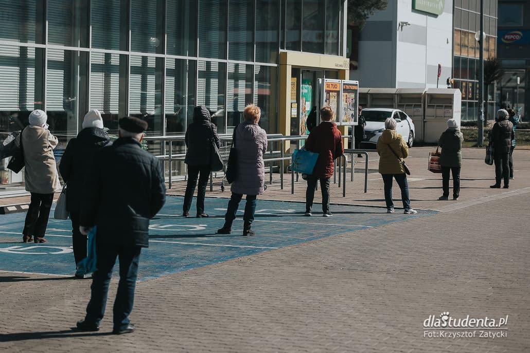 Koronawirus: seniorzy czekają w kolejkach do sklepu