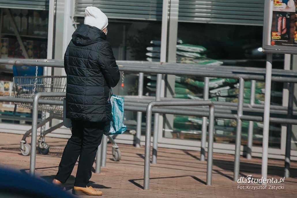 Koronawirus: seniorzy czekają w kolejkach do sklepu - zdjęcie nr 1524680