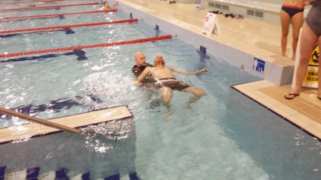 Zajęcia na basenie z osobami starszymi