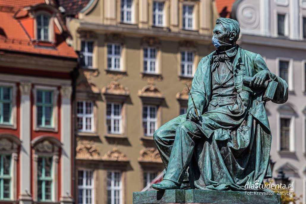 Koronawirus: wrocławskie pomniki w maseczkach ochronnych